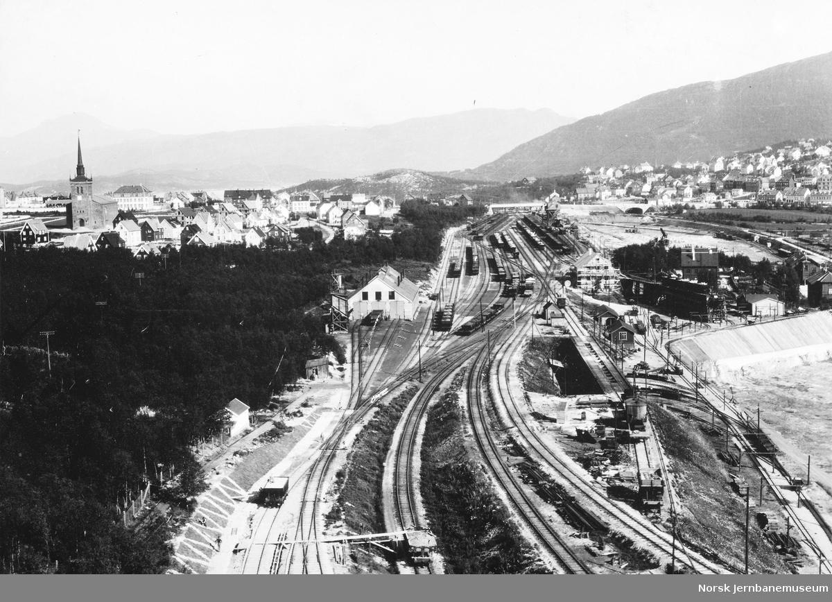 Oversiktsbilde over Øvre rangerstasjon med LKABs lokomotivstall