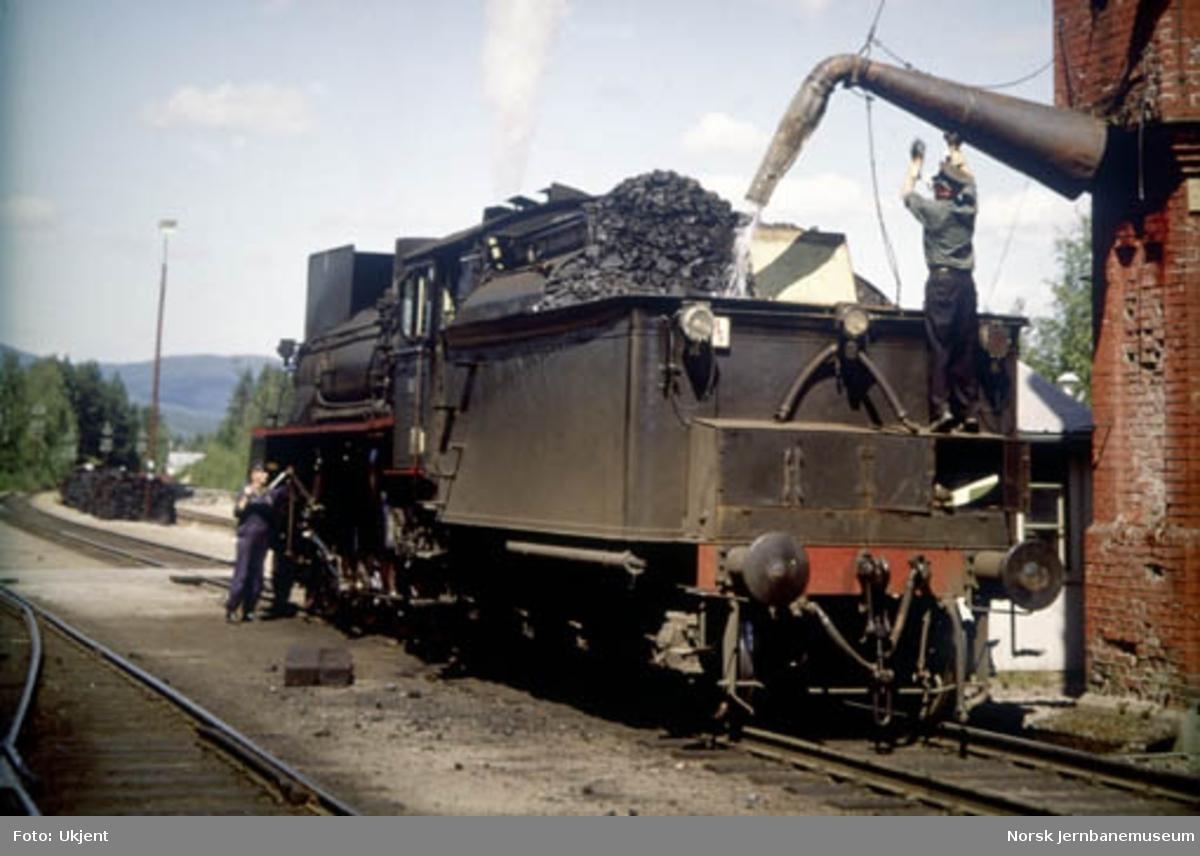 Damplokomotiv type 26c nr. 414 tar vann på Koppang