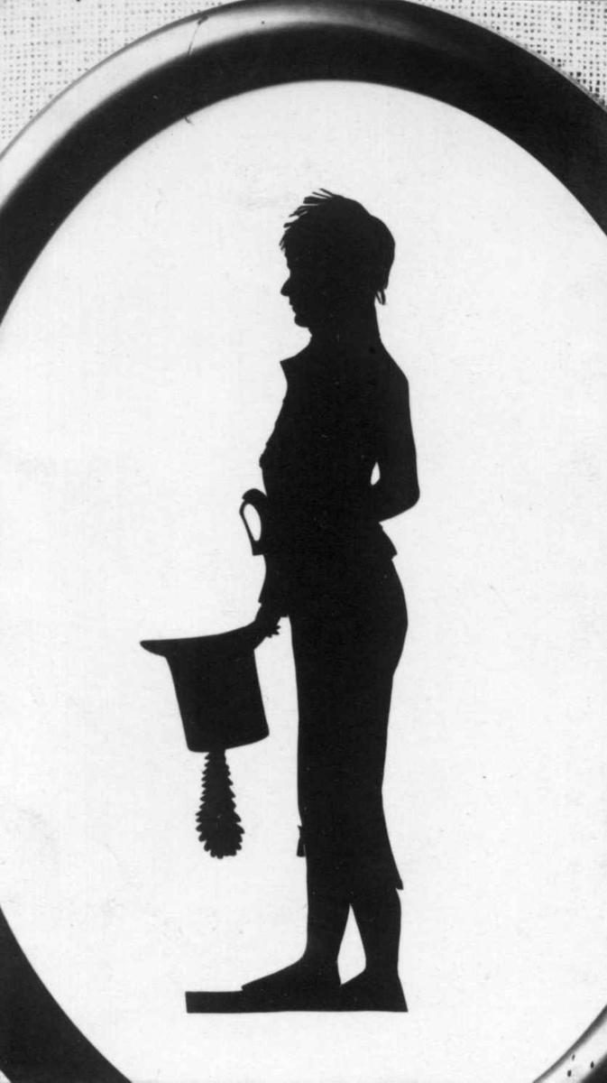 Portrett, silhuett, som viser Hans Ernst Kincks sønn, Bernt Magnus Kinck (1792-1868), som 13-årig kadett ved Krigsskolen i Christiania i 1805, også klippet av H.E.K.  B.M.K. var forfatter Hans Ernst Kincks bestefar.