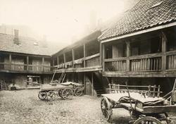Brugata 6, Oslo. Bakgård, hus med svalgang og hestekjerrer i