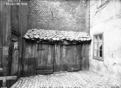 Karl XIIs gate 28, Oslo, 1924. Bakgård med uthus og boliger.