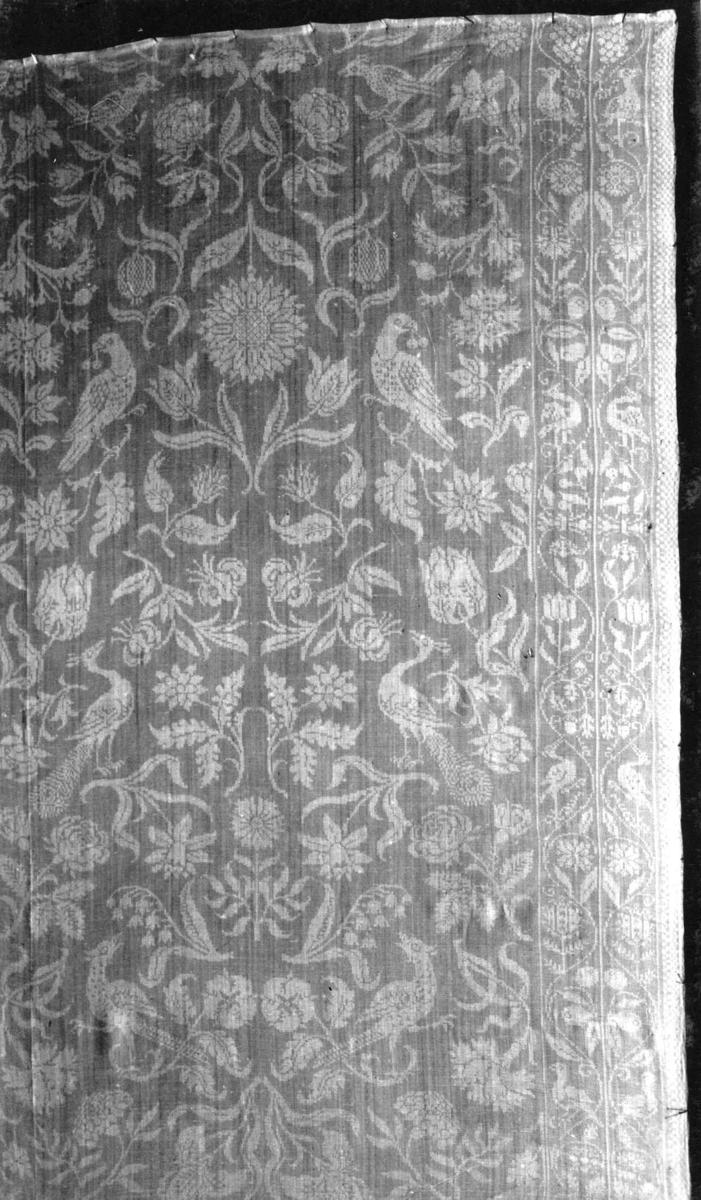 Hvit damaskduk med strøblomster og fugler, dobbelt rankebord. Fra Nederland, slutten av 1600-tallet.