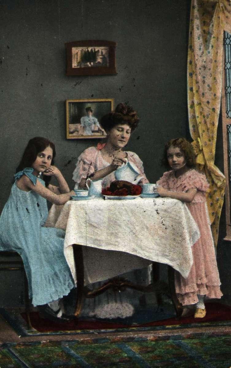 Postkort. Jule- og nyttårshilsen. Fotografisk motiv. Interiør stue. Mor og barn. Stemplet 21.12.1903