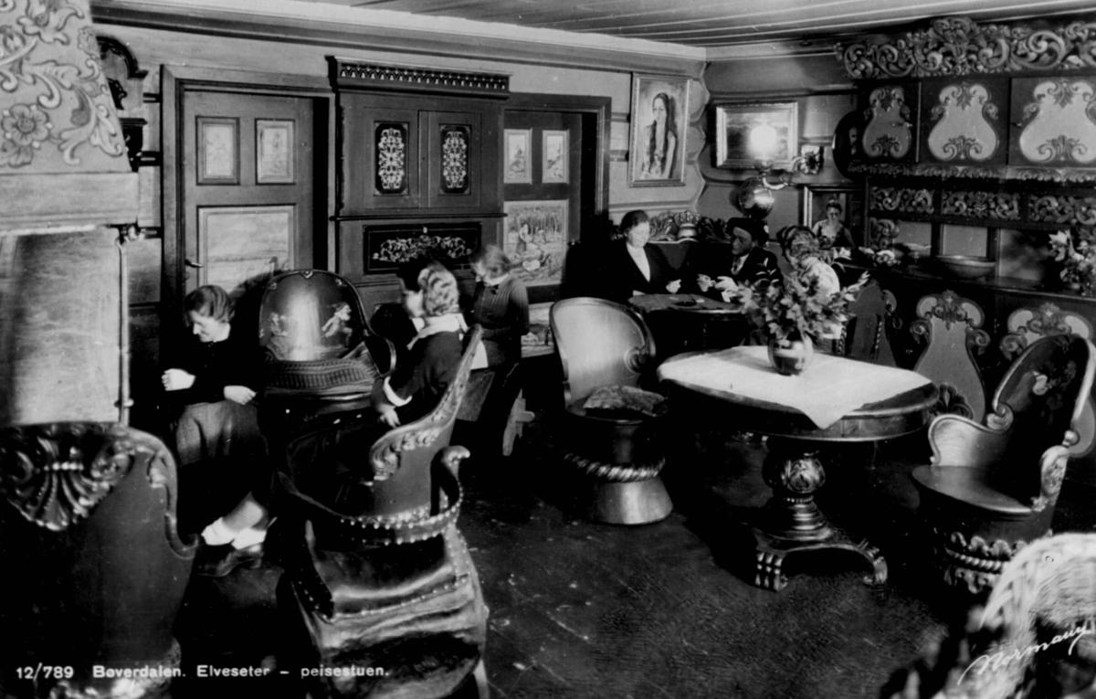 Avfotografert postkort. Seks damer i peisestuen på Elveseter gård og hotell.