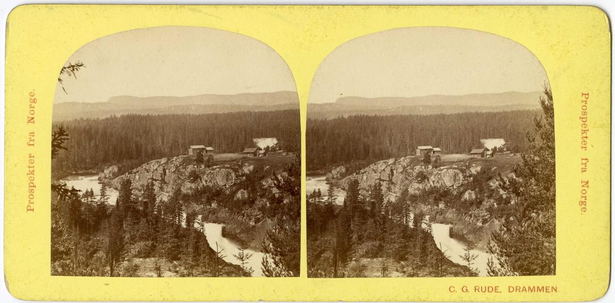 Stereoskopi. Landskap med elv og bebyggelse, ukjent sted i Norge.