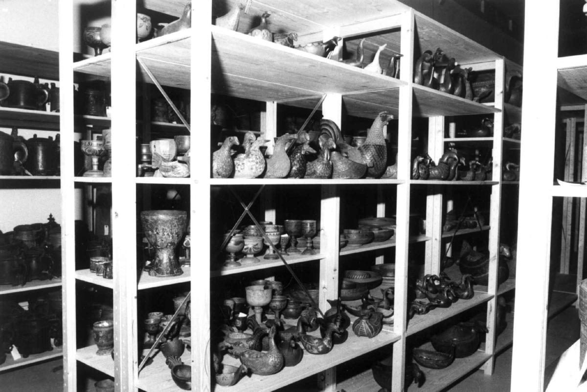 Gjenstander fra Nordiska Museet pakkes ut i Vognremissen på Norsk Folkemuseum, mars 1988.