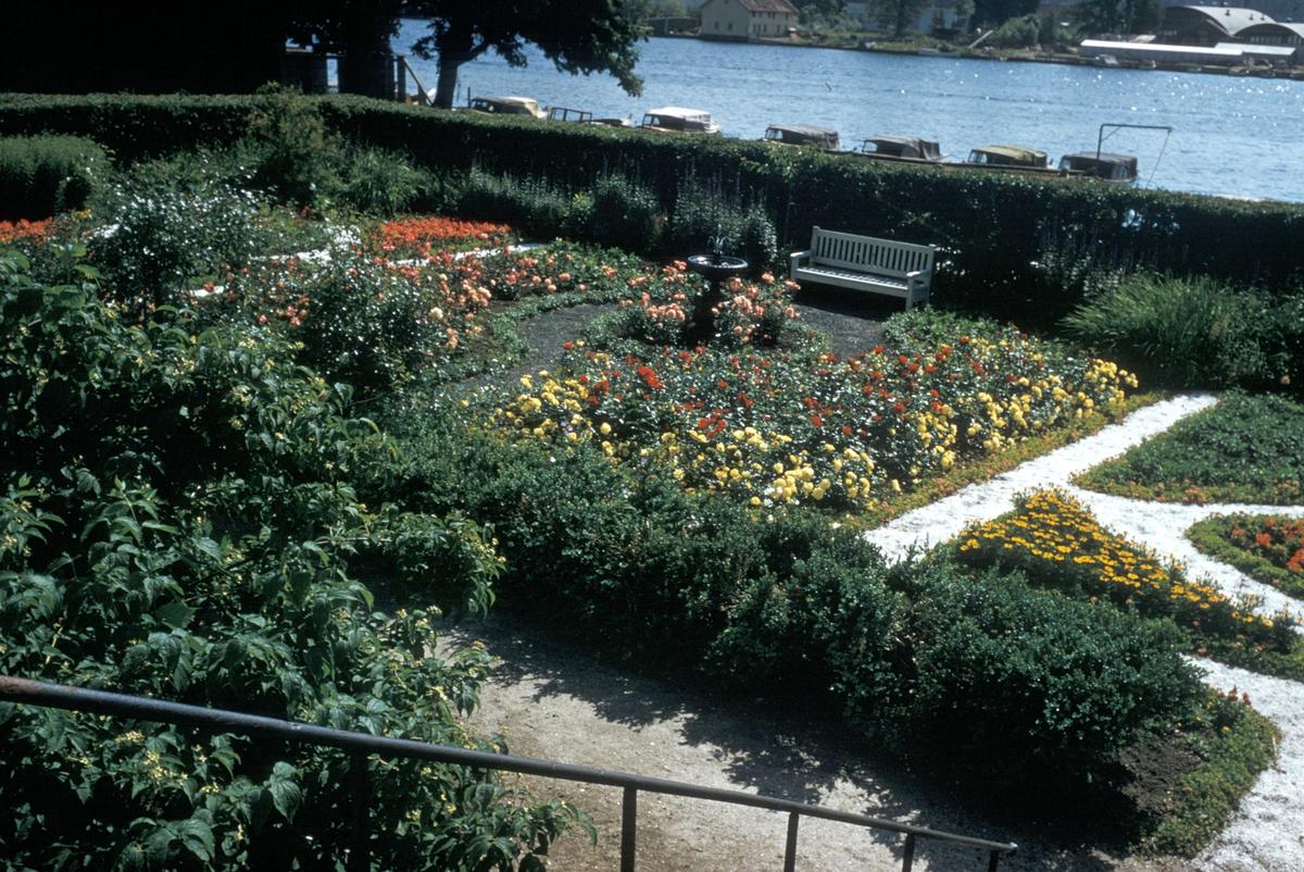 Hagen foran Andorsen gården i Mandal.