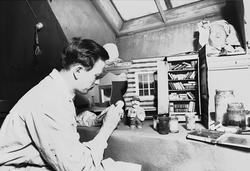 Thor Wiborg i arbeid med figurer til vindusutstillinger for