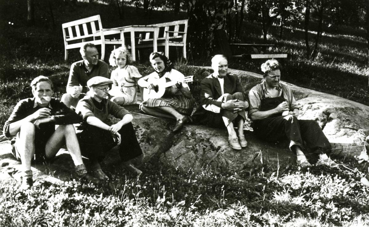 Gruppe voksne og barn på Oslo Godtemplarungdomslags feriehjem Kirkevik, Nesodden, ca 1940