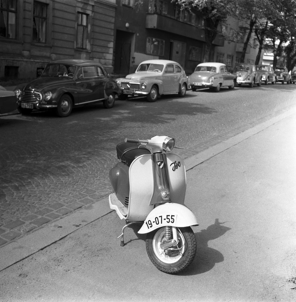 """Serie. Presentasjon av """"ISO"""" scooter, blant annet fotografert i Vigelandsparken og på Frognerstranda i Oslo. Fotografert 1959."""