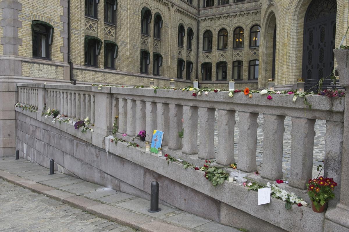"""""""Sorg i det offentlige rom"""". Blomster og hilsener utenfor Stortinget."""