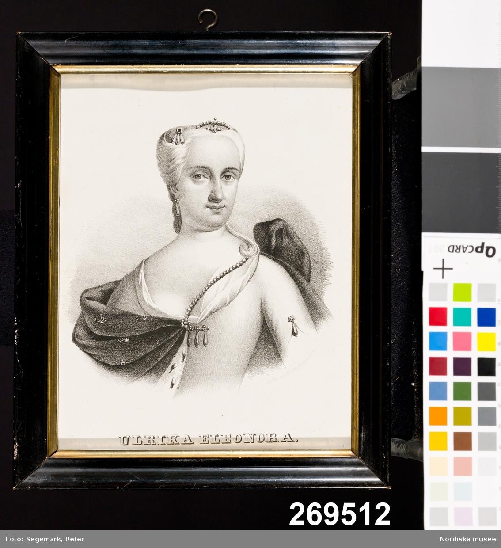 """Huvudliggaren: """"Litografi, porträtt föreställande 'Ulrika Eleonora'; glasad och med profilerad svartmålad träram; sign. 'Lith af A M Petersen'; på baksidan '20. född 1688 Drottning 1719 Död'. H 25 cm. Br 20,5 cm. Andreas Martin Petersen (1813 - 1875); ingår i en serie om 26 svenska regenter. Test[amentarisk] G[åva] 23/11 1965 [av] Fru Emmi Joulin, Stockholm.""""  Katalogkort: """"Litografi, porträtt föreställande Ulrika Eleonora. Sign: 'Lith af A M Petersen'. Glasad och försedd med profilerad, svartmålad och delvis förgylld ram. Påskrift på baksidan: '20 Född 1688 Drottning 1719 död'. Nr 20 i en serie om 26 svenska regenter, litograferade av den danskfödde målaren, litografen och teckningsläraren Andreas Martin Petersen (1813-1875), från 1849 bosatt i Malmö (kallad 'danske Peder'). B.N. juli -67"""