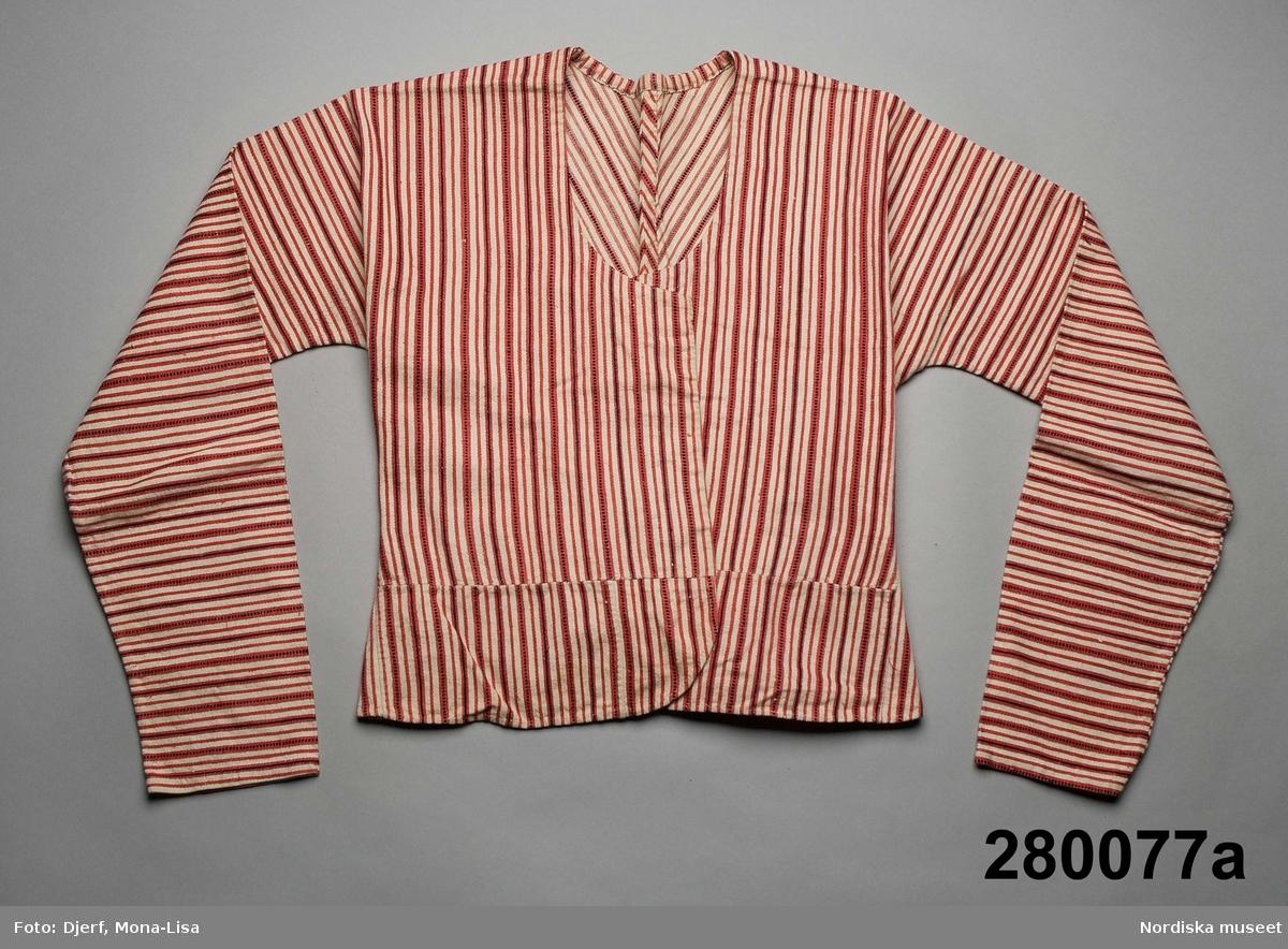 Tröja och kjol av samma tyg, litt a och b. Varp vitt lingarn, inslag i tuskaft med vitt bomullsgarn med smala ränder i  övervägande  rött och något mörkblått. a. Tröja i 1700-talsskärning med ärmar i samma stycke som bålen.  Består av 2 stycken med tre sömmar i ryggen och söm under ärmen. Breda infällda skörtkilar i sidorna. Bak är två rektangulära bitar iskarvade för ryggskörtet som har tre veck. Ovanför skörtvecken 2 små flata tygklädda knappar. Framstyckena har  tillskarvade skörtbit i nederkanten som är lätt rundad i framkant. Raka framkanter utan knäppning. Ofodrad. Framkanterna infodrade med en remsa vit linnelärft.  b. Kjol, en hel våd hopsydd mitt fram med en fällsöm, smala lagda veck i midjan, lagda så att den röda randen alltid ligger på veckets ovansida, mitt fram  slät med ett motveck, midjelinning av vit halvlinnekypert, sprund något till vänster om mitt fram knäppt i midjan med en stor hake och hyska av mässing. Smal fåll och slitkant av en smal flätad snodd av rosa bomullsgarn. Har tillhört säljarens äldre släktingar gammelmormor Anna-Brita Olsdotter f. 1829, Mormor Anna Katrina Larsdotter f. 1850 d. 1901, samt modern Inga Kristina Persdotter f. 1882, alla från Sorunda. Tröjmodellen kan tyda på att även en generation tidigare har burit den. jfr med kattuntröja från Sorunda i samma snitt 114 310 Tröjan är av en typ som under 1700-talet ofta knöts fram med stora sidenrosetter, här finns inga spår av sådana, kanske hölls den bara ihop med en stor knappnål.  I Sorunda levde ett äldre  dräktmode kvar  som en folklig egenart under stor del av 1800-talet, se t.ex. brudklänning från 1871 inv.nr. 114304. /Berit Eldvik 2008-10-01