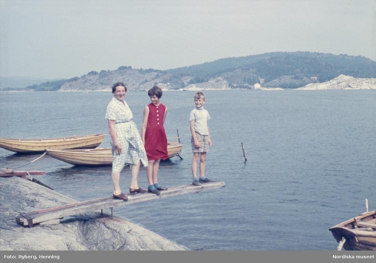 Maja Ryberg och barnen Inger och Bertil i Svanesund, Bohuslän.