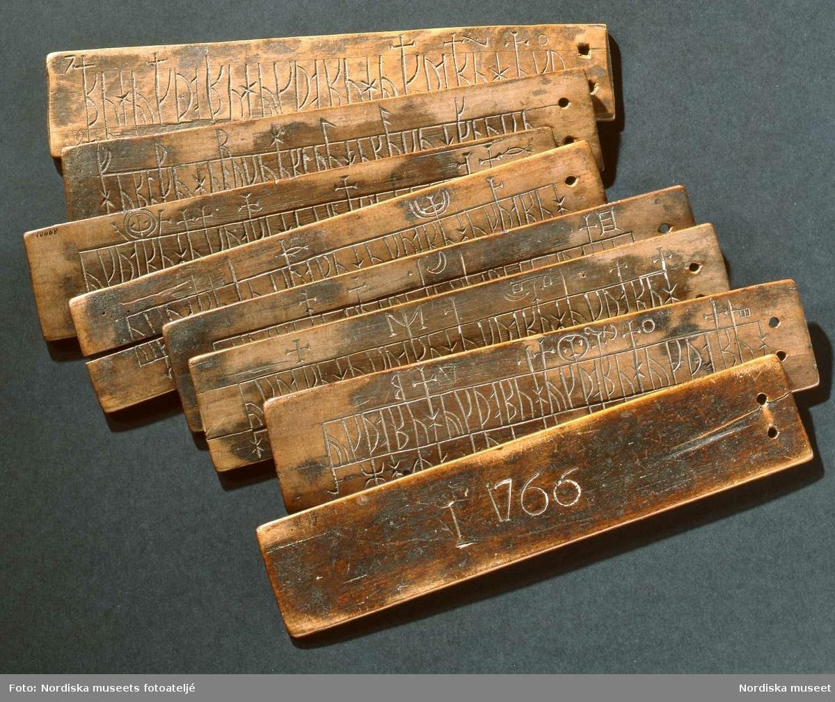 Runkalender på åtta träskivor daterad 1766. Ursprungligen skuren på Dagö och medförd vid utflyttningen till Gammalsvenskby i Ukraina 1781. Nordiska museet inv nr 89901.