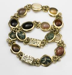 Smycke. Armband  från 1630-talet. Låsen har sköldar från ätt