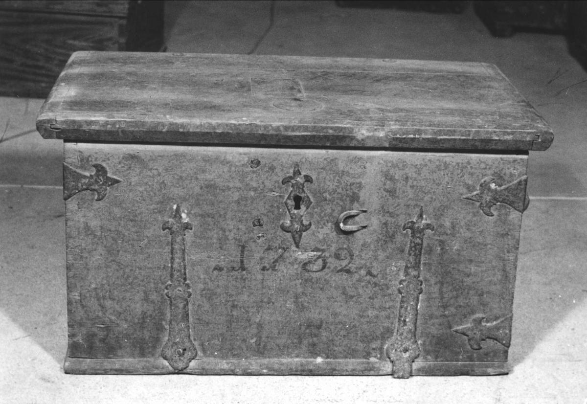 Kista med platt lock. Brunmarmorerad. På locket med svart text: Landsarkivet Uppsala. På framsida: 1732. Beslag och handtag av järn. Vänstra sidans mittbeslag saknas. Läddika saknas men märken efter en dylik finns. Nyckel och lås finns ej.