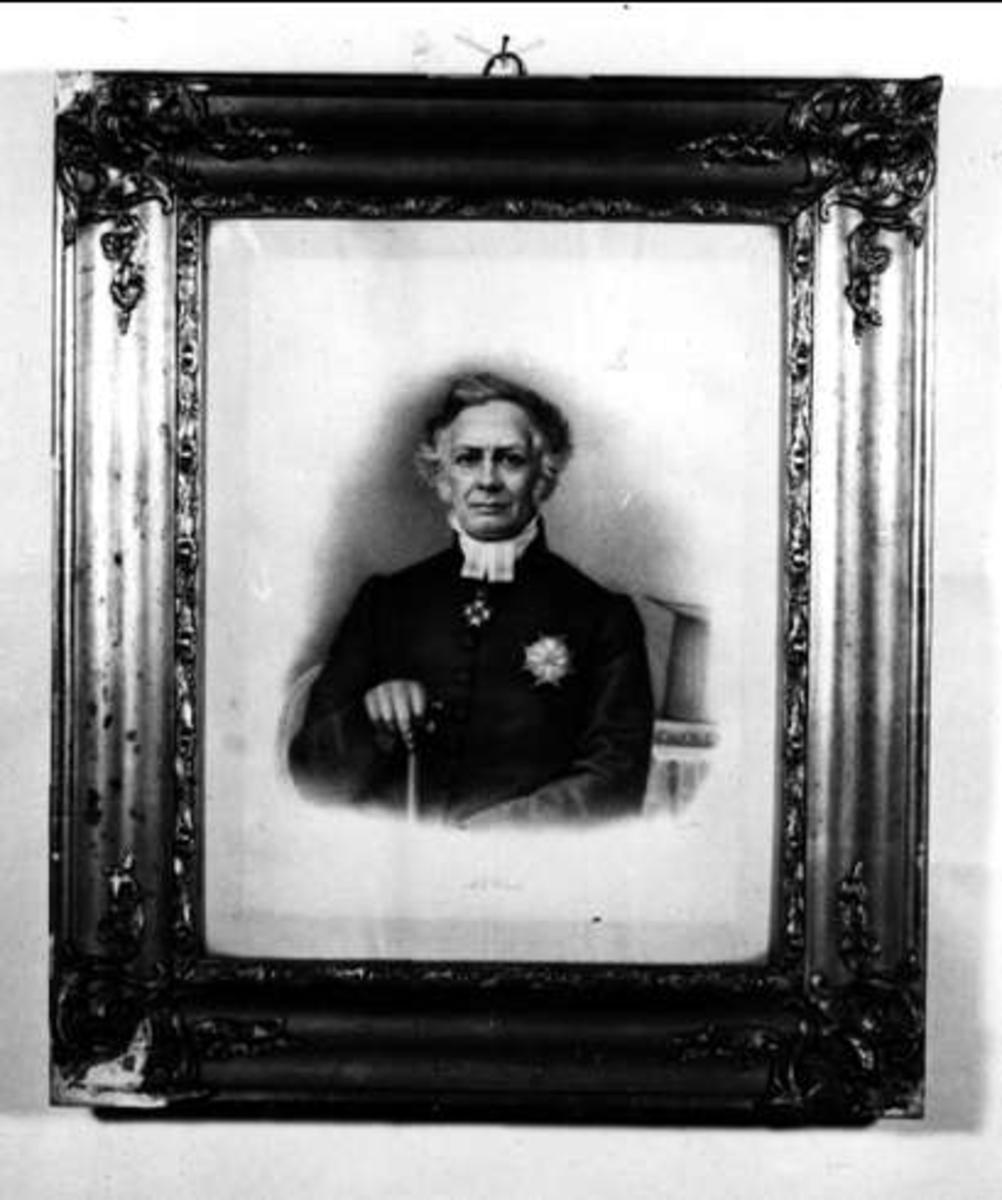 Porträtt av en prästklädd A E Knös.
