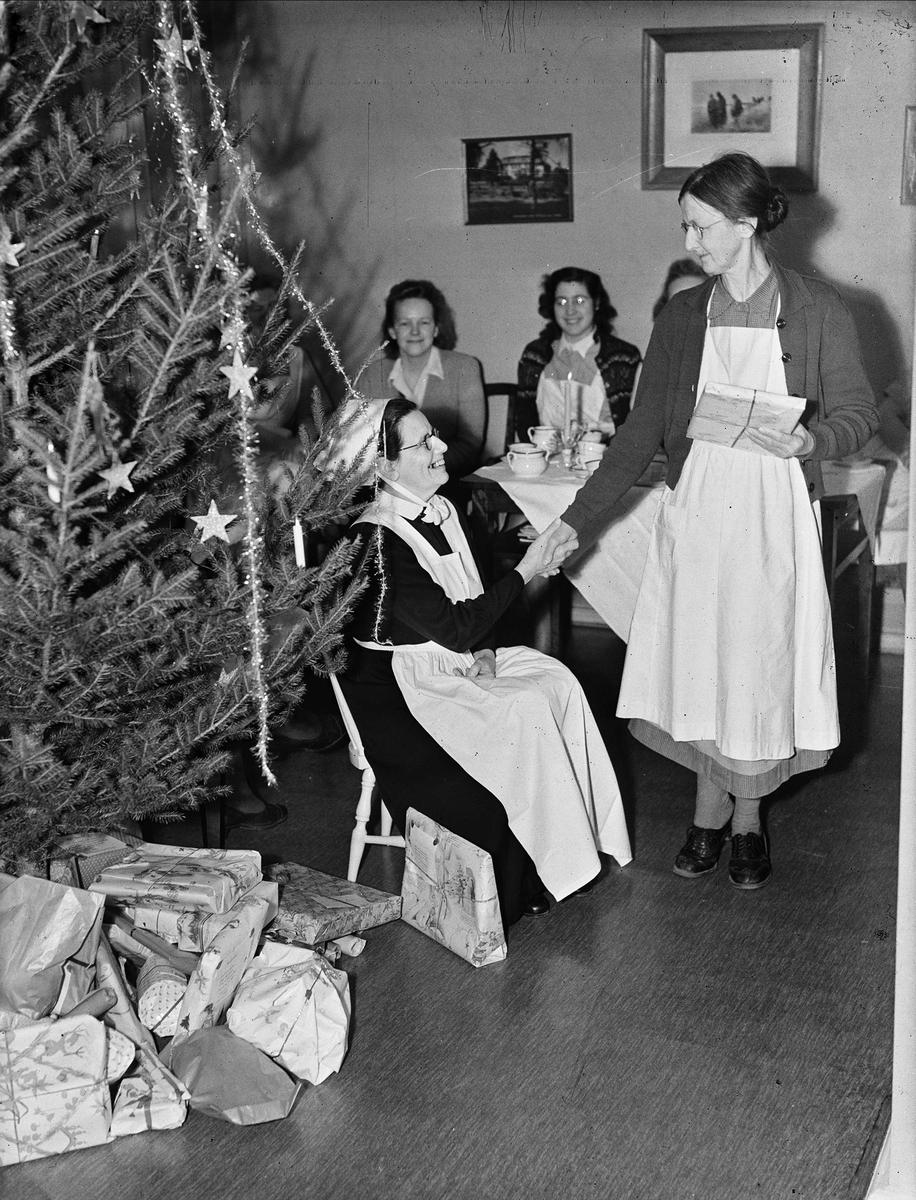 Julklappsutdelning på vårdinstitution, sannolikt i Uppsala, 1947