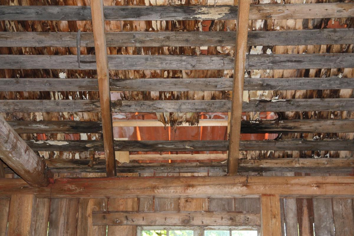 Eventuellt f d sågverk på Lydinge säteri, Stavby socken, Uppland 2009. Taklag med sparrar, gles underbrädning, stickspån och tegel