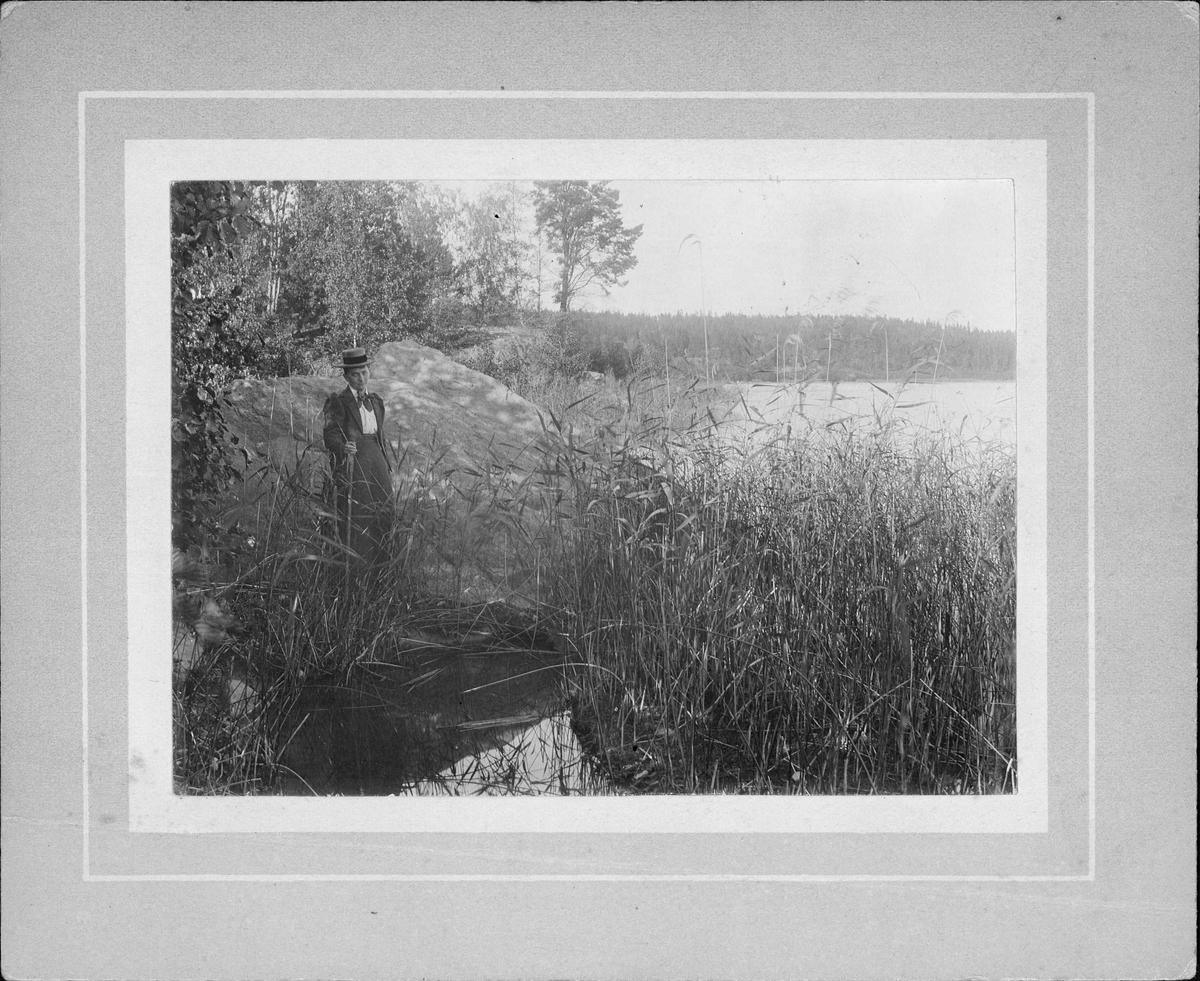 Kvinna vid vattendrag