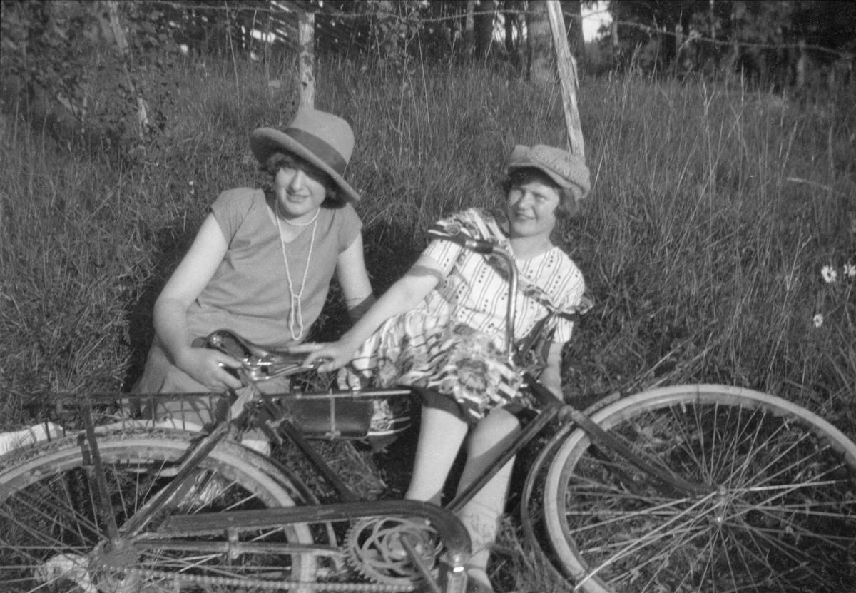 Två kvinnor och en cykel, Uppland 1940- 50-tal