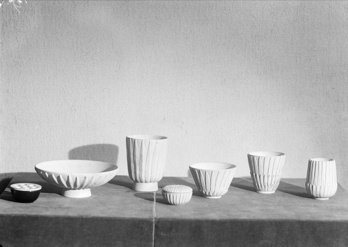 Keramikvaser och fat från Upsala-Ekeby AB, Uppsala