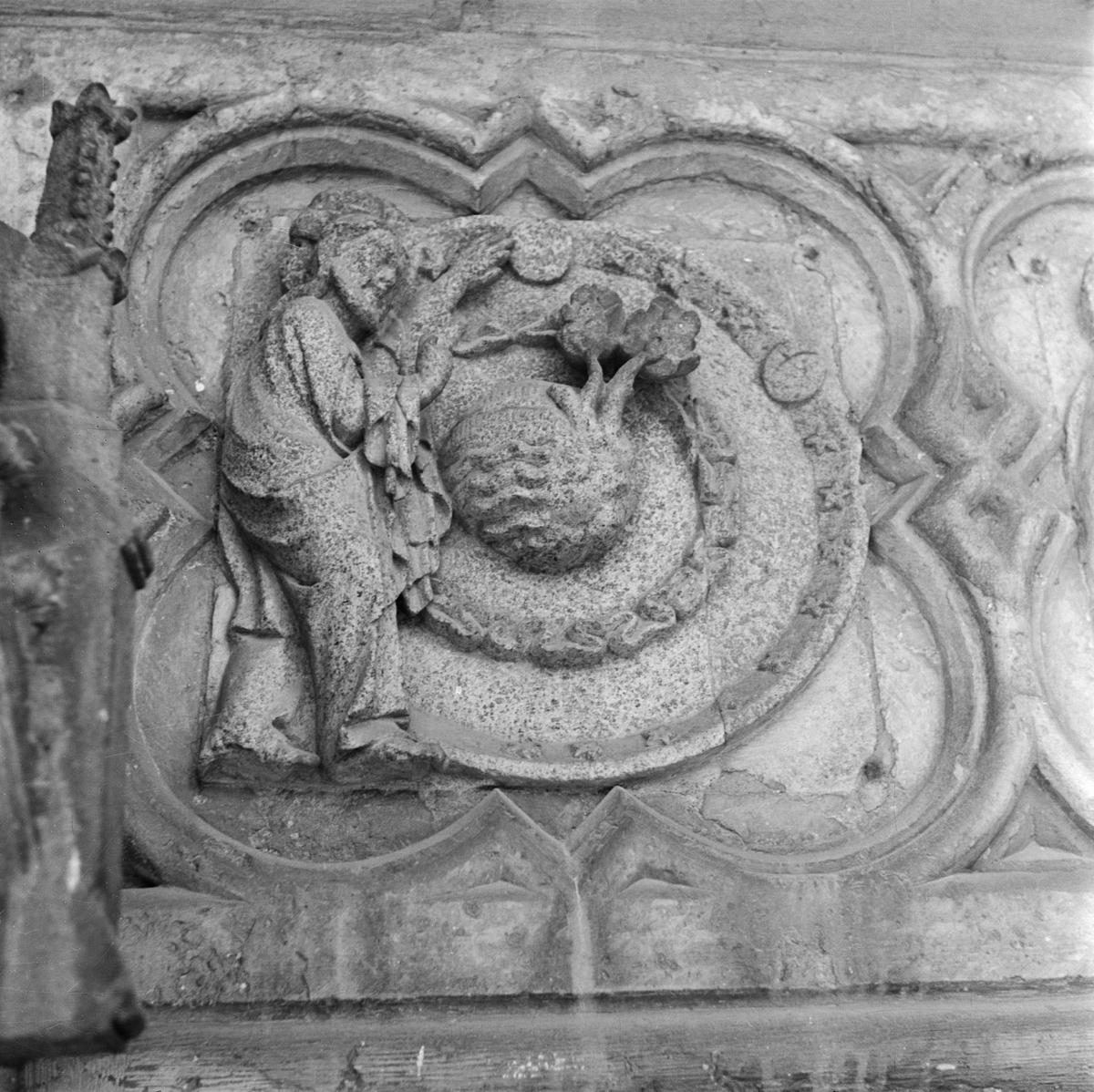 Detalj av relief i Uppsala domkyrka, Fjärdingen, Uppsala