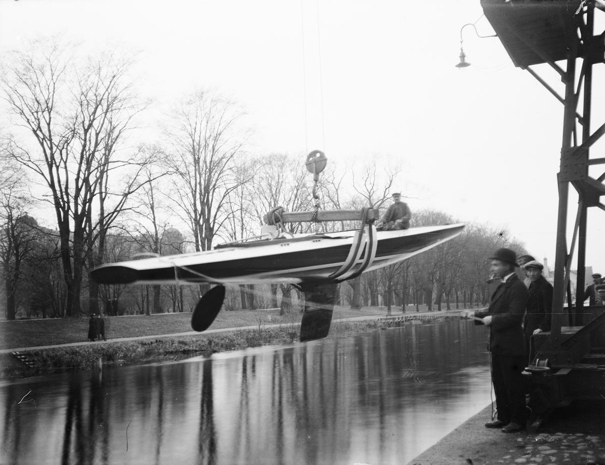 Sjösättning av segelbåt, Fyrisån, Kungsängen, Uppsala 1929