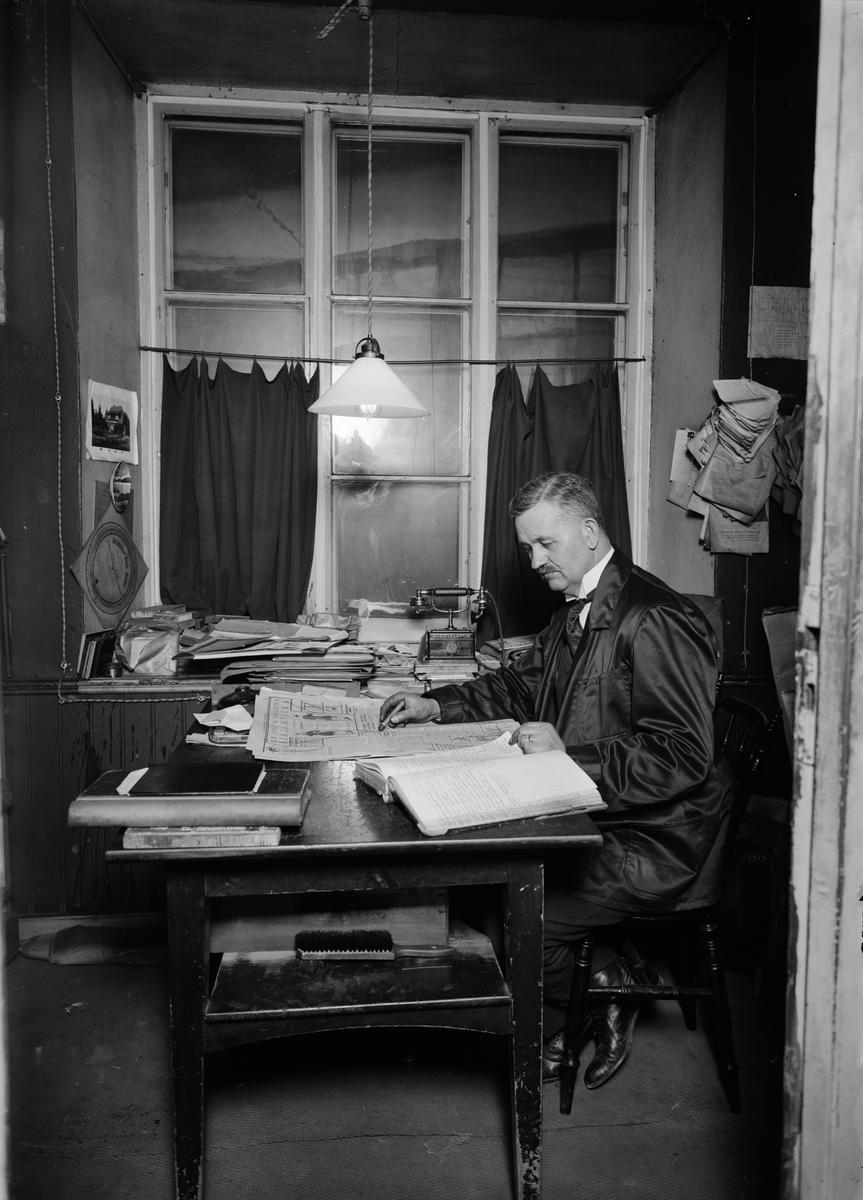 Hugo Johansson i Upsala Nya Tidnings lokaler i Oxenstiernska huset vid Riddartorget, Uppsala 1920-tal