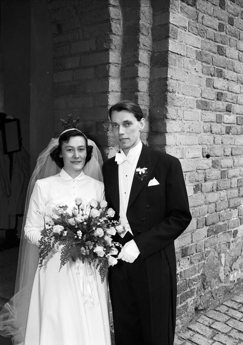 5883c436502f Bröllop - brudparet Redin - Rocen utanför Helga Trefaldighets kyrka maj 1952