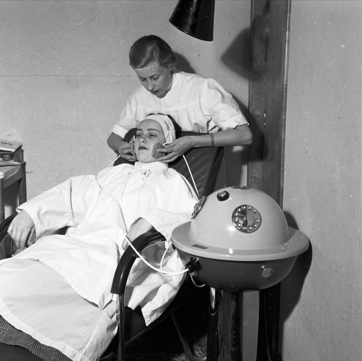 Hårklippning - ny apparat i Wallins salonger i Uppsala 1955