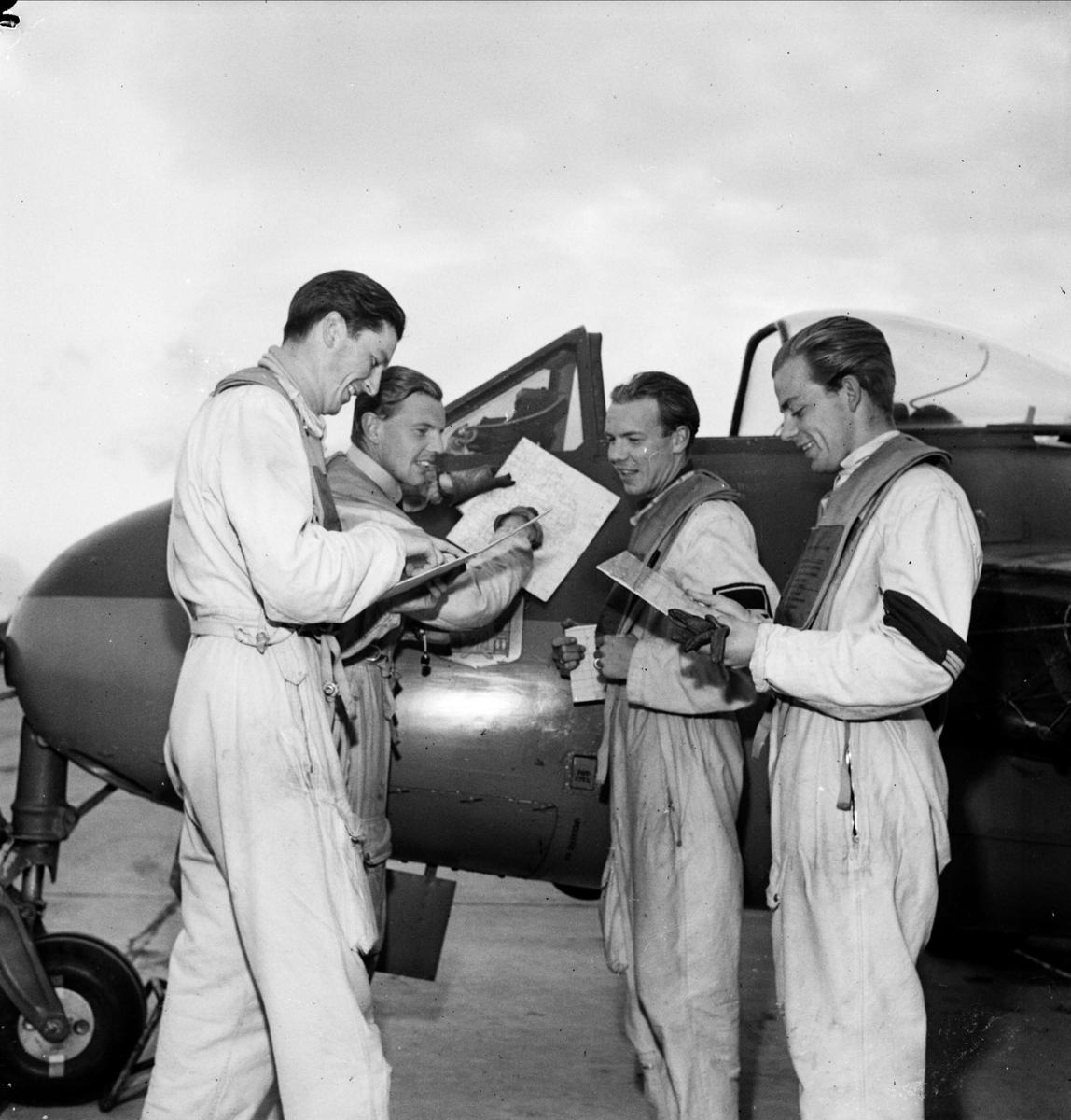 Flygeskader har övning, sannolikt F 16 Upplands Flygflottilj, Ärna, Uppsala 1948
