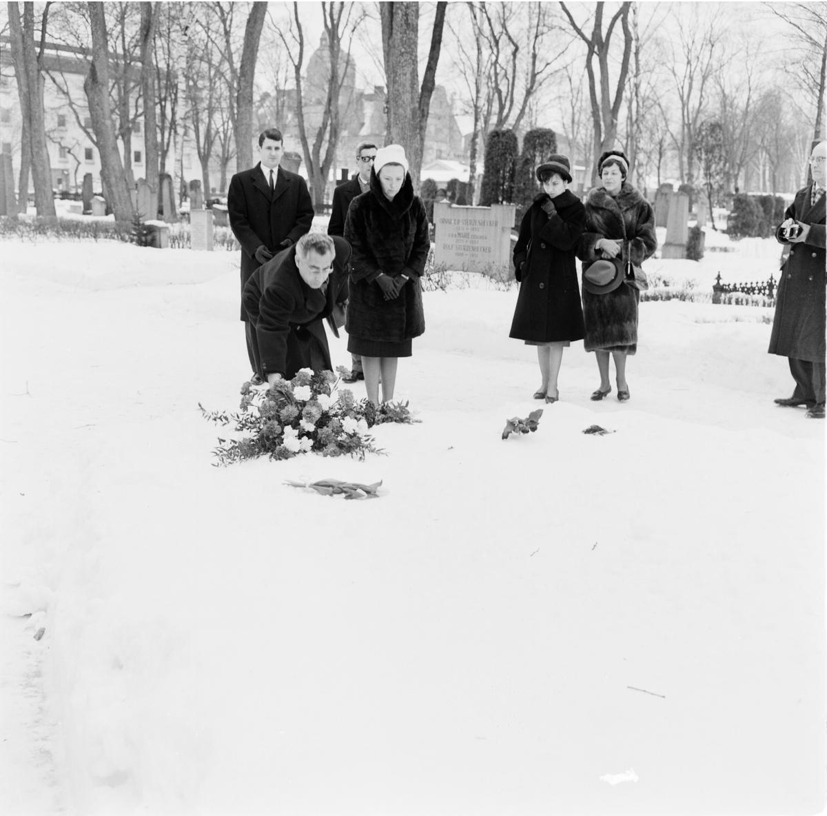 Tunisisk minister på Uppsalabesök hyllar Hammarskjölds minne, Uppsala gamla kyrkogård, Kungsgärdet, februari 1962