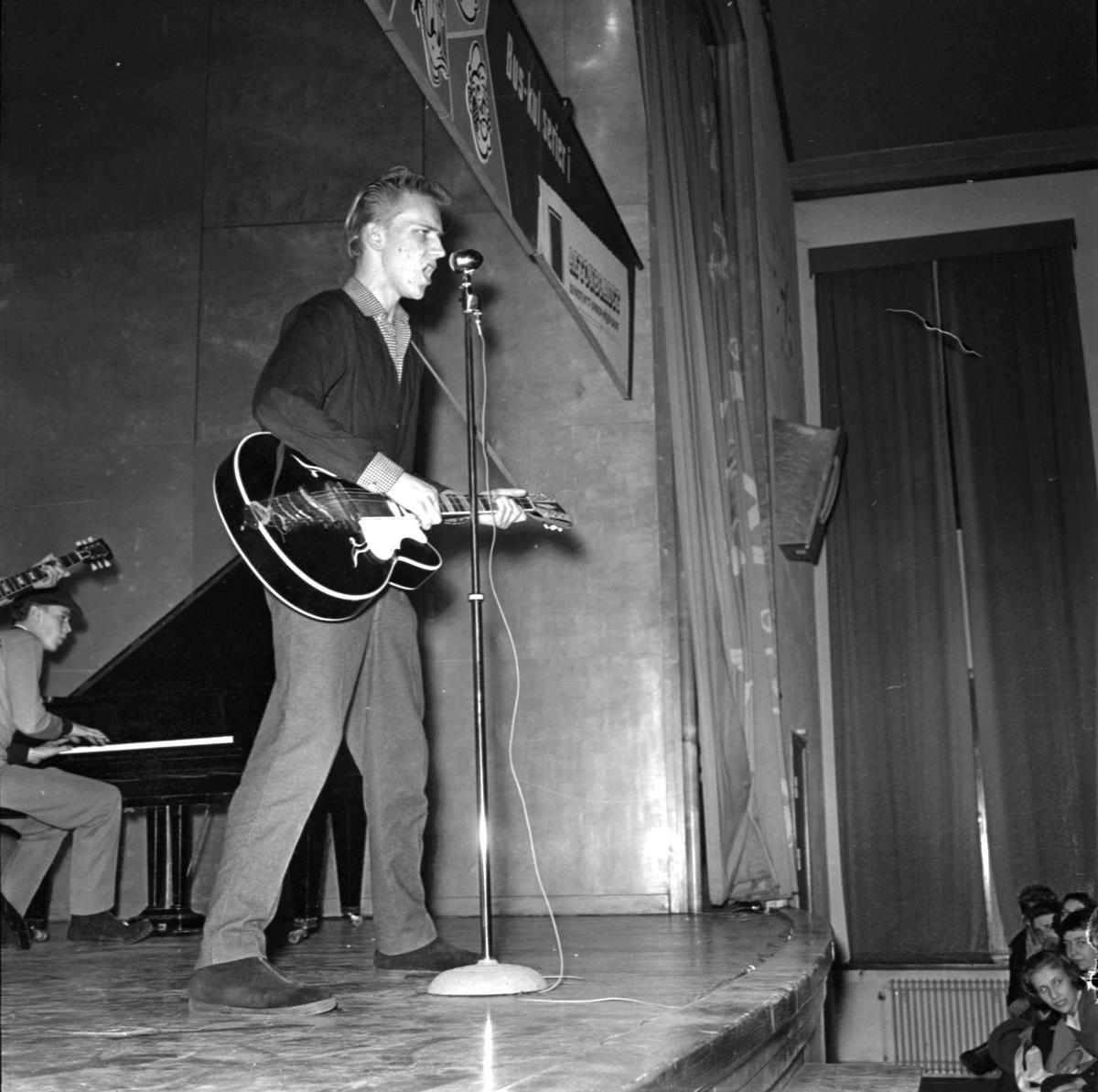 """Rockidolen """"Rock-Ragge"""" besöker Försvarsläroverket, Uppsala mars 1958"""
