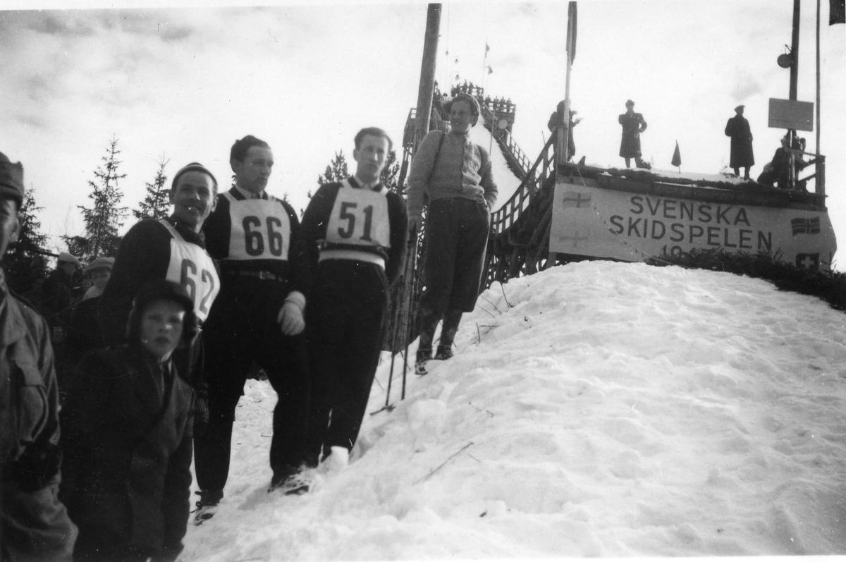 Vidar Lindbo Hansen (62) med Arne Hoel (51) i Svenska Skidspelen i Østersund 1948. Vidar Lindmo Hansen and Arne Hoel in jumping competition at Østersund 1948.