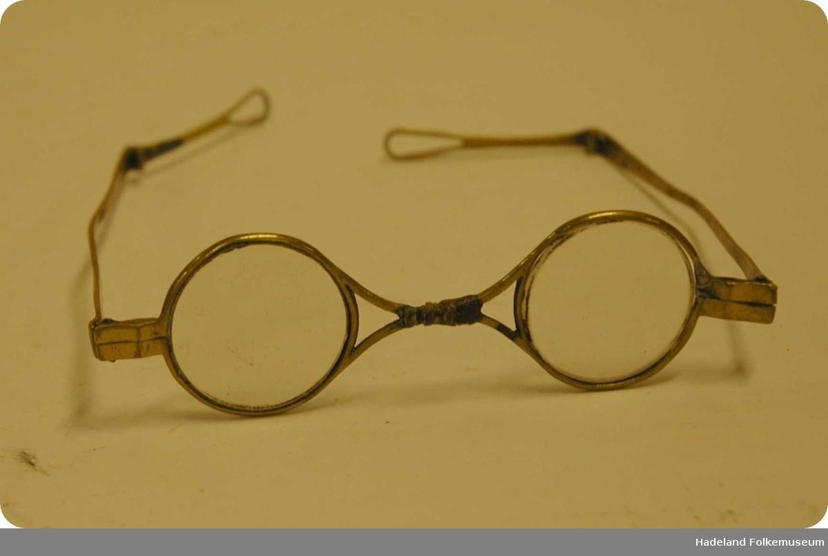 Runde briller med messinginnfatning og 2-delte stenger.
