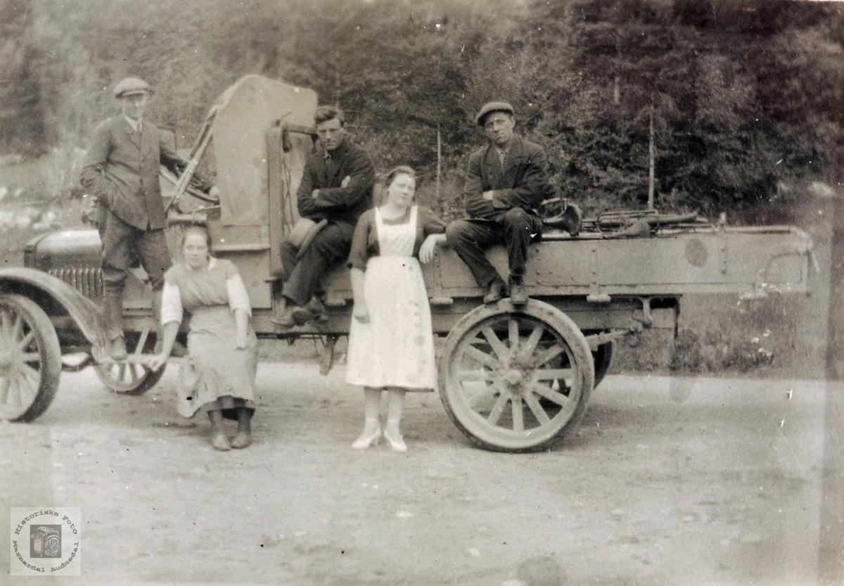 Lastebil av eldre modell med ukjente personer og sted. Trolig fra Grindheim eller omegn.
