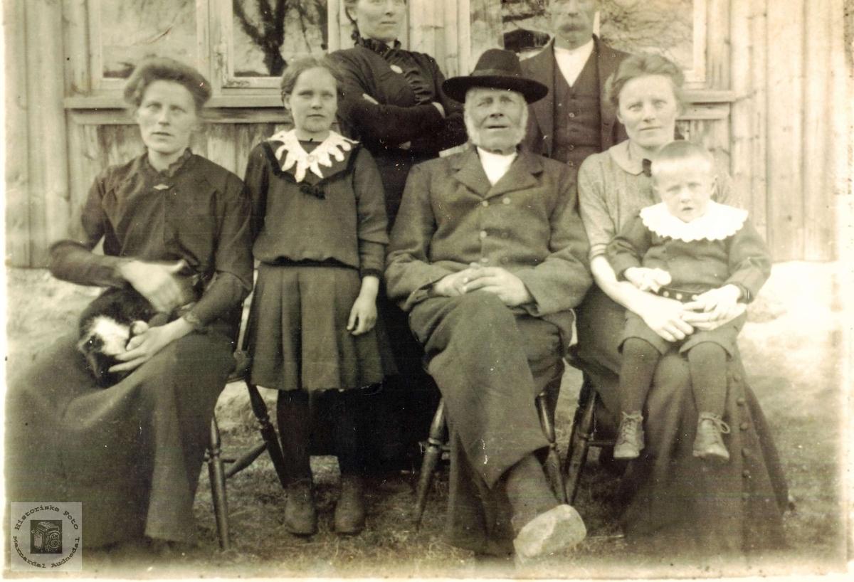 Familiebilde av familien Smedsland i Grindheim.