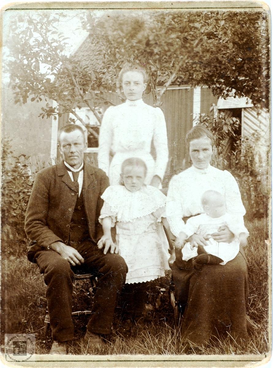 Familieportrett av familien Sveindal, Grindheim senere Audnedal.