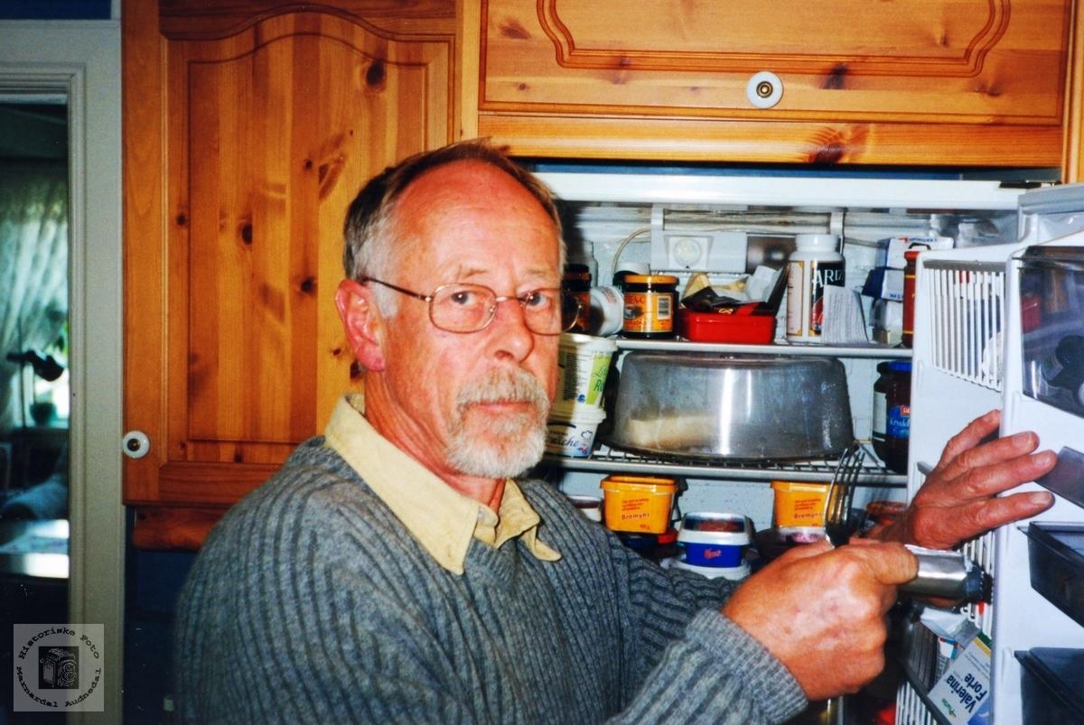 Steinar Lian klar til innhogg i kjøleskapet.