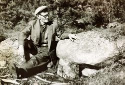 Torjus Grindheim ved steinen i Skora.