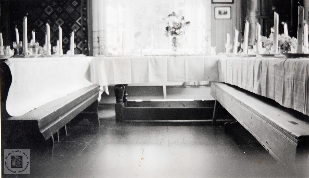 Dekket sølvbryllupsbord til Rachel og Alfred Thommassen på Skogly ved Ågedalstrand da Bjelland. Audnedal.