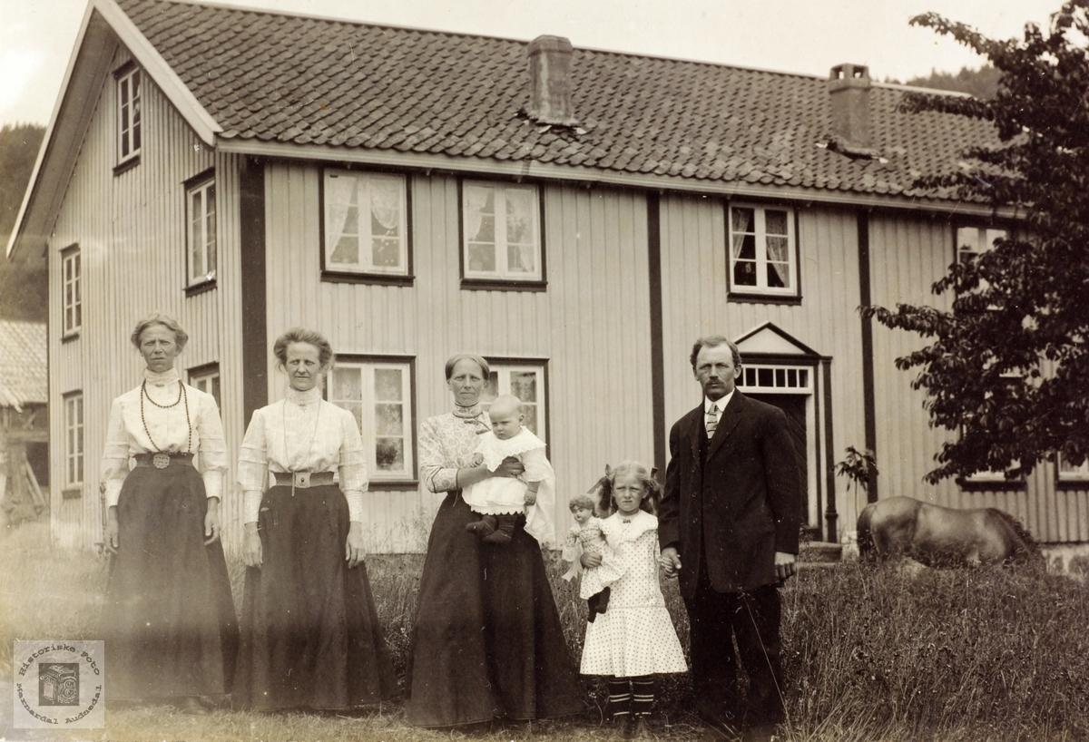 Anna med sine to søstre og familien Høyland. Grindheim Audnedal.