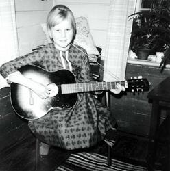 Portrett av gitarspiller Edith Iglebekk. Røtter i Grindheim