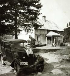 På panseret til onkels bil. Øvre Ågedal. Grindheim Audnedal.