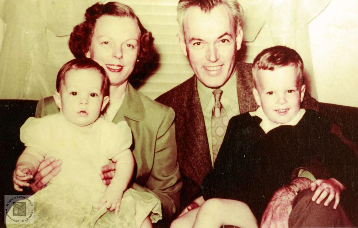 Familieportrett av familien Odna med røtter fra Øydna. Grindheim Audnedal.