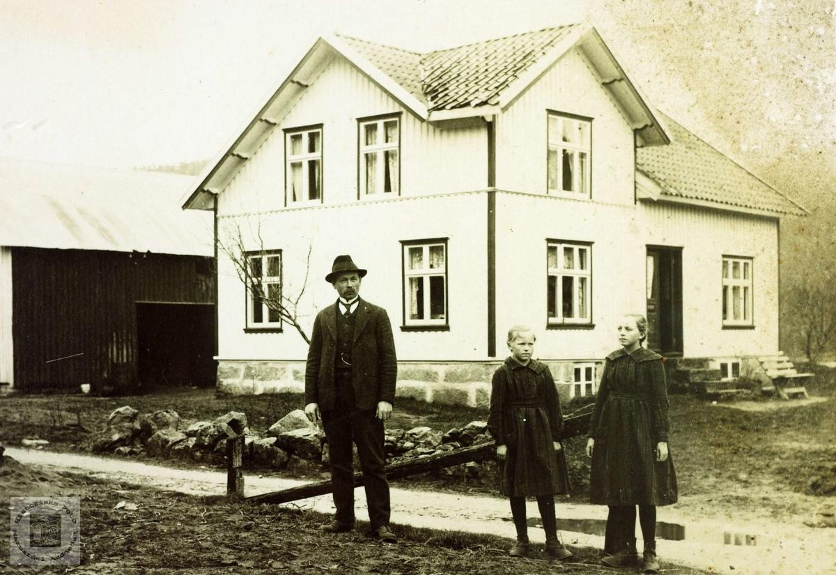 Far med sine to døtre på Grindheim.