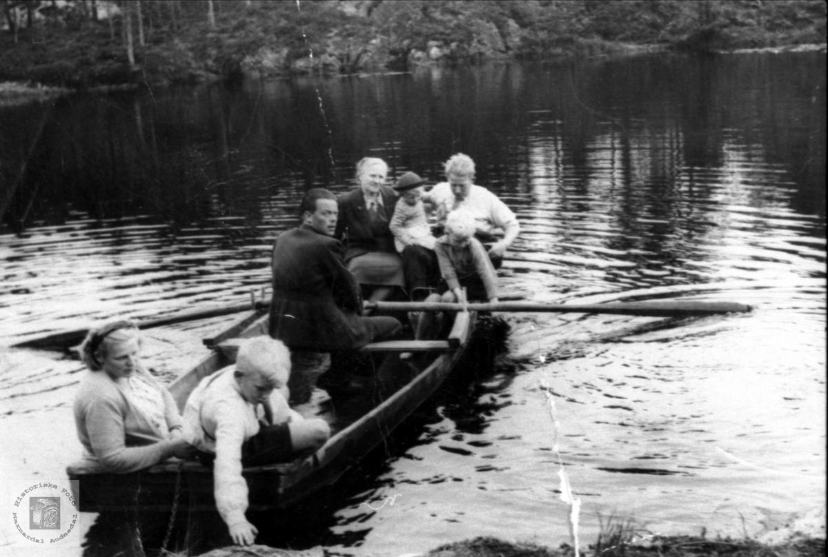 Familien Skeibrok på rotur. Bjelland.