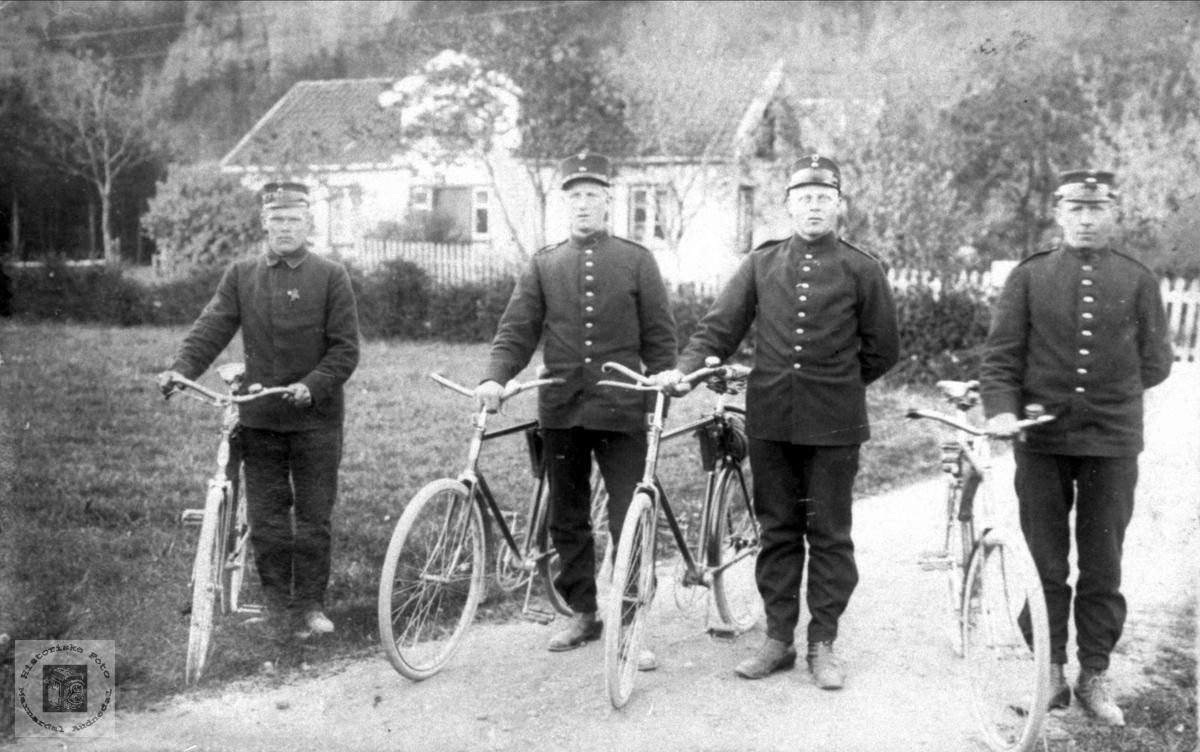Gruppeportrett med ukjente syklister.